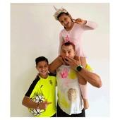 La satisfacción de ver a unos hijos orgullosos de su padre. Este es el gran motivo por el cual el #DiadelPadre tiene sentido🥰  Papás y mamás, os retamos a que os hagáis una foto como esta. Etiquetadnos🙌 Os prometemos que os lo pasaréis genial.   #alananitanana #tiendaonline #puericultura #españa #mamaprimeriza #instababy #instamom #instadad #paternidad #maternidad #padres #marzo