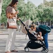 """Nueva forma, nuevo look, nuevo diseño...¡Y más compacta! 😊 La nueva silla de paseo YOYO² de @babyzenspain es la silla más compacta del mercado, pudiéndose plegar, desplegar y llevarse como un bolso sin ningún esfuerzo✈ Para mamás y papás con muchas ganas de viajar, esta es vuestra silla de paseo🚝   Hasta el domingo tiene 67€ de descuento🙂   ⭐Os dejamos algunas opiniones que nuestras clientas y clientes han dejado sobre este producto a través del sistema de opiniones @revi.io ⭐  ▪ """"Una compra perfecta. Hice el pedido en fin de semana y el martes lo tenía en casa. Muy contenta con el servicio. Además puedes contactar por WhatsApp con ellos y aunque era sábado me respondieron""""   ▪ """"Silla perfecta. Súper ligera""""  Podéis ver todas las opiniones en nuestra página web😊  📸 ale_samaniego by Babyzen Spain  #alananitanana #tiendaonline #puericultura #españa #mamaprimeriza #instababy #instamom #instadad #maternidad #paternidad #babyzenfamily #babyzenyoyo #theoneyouneed #yoyobabyzen"""